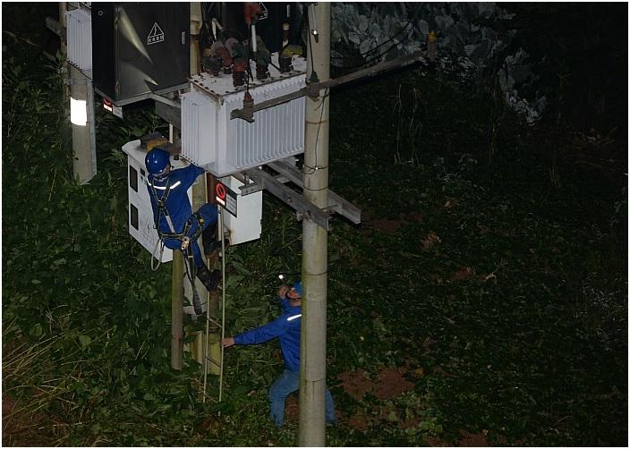 自贡供电公司:电力工人深夜抢修 小区居民深受感动