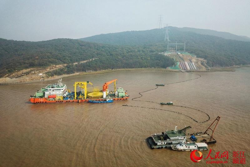 世界首个500千伏交联聚乙烯海缆敷设工程现场。国网浙江电力供图