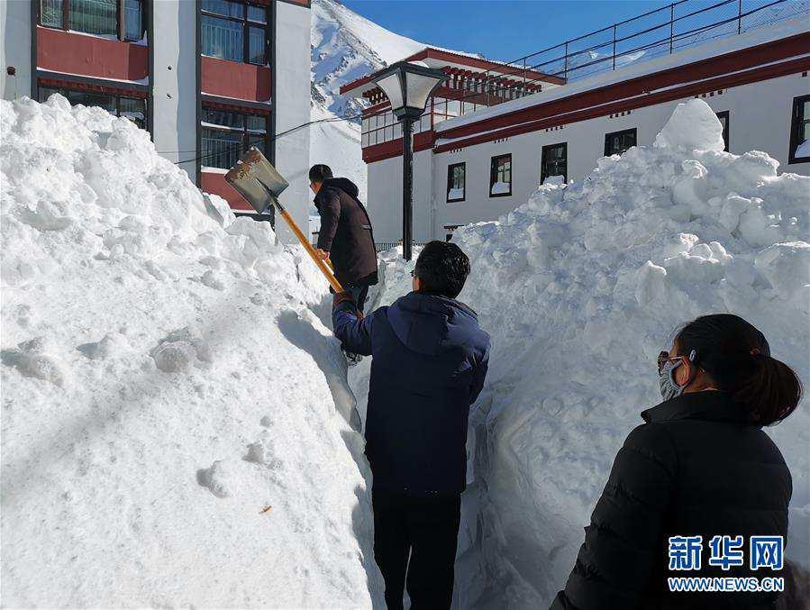 西藏日喀则普降暴雪电力交通逐步恢复无人员伤亡